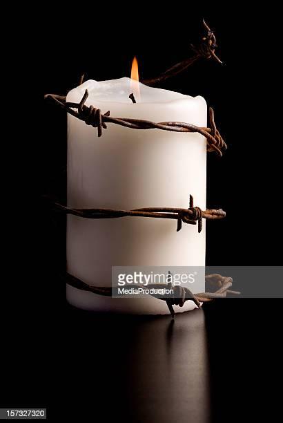 Kerze eingewickelt mit Stacheldraht