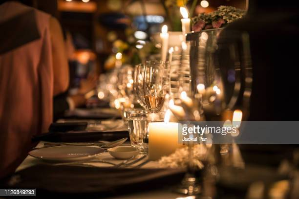 candlelight dinner - elegantie stockfoto's en -beelden