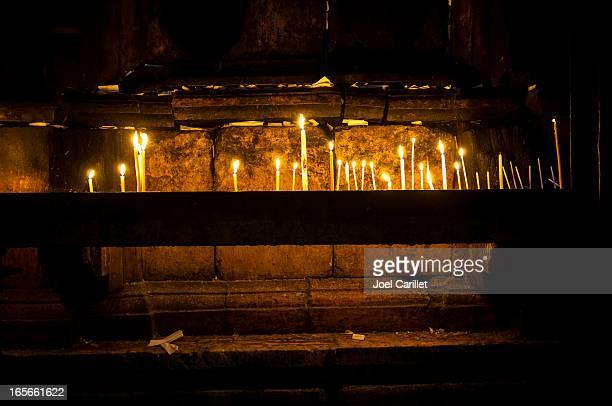 candele contro tomba di cristo in santo sepolcro - chiesa del santo sepolcro foto e immagini stock