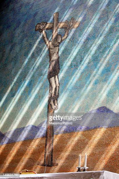 candles and crucifixion mural in a church - massimo pizzotti foto e immagini stock