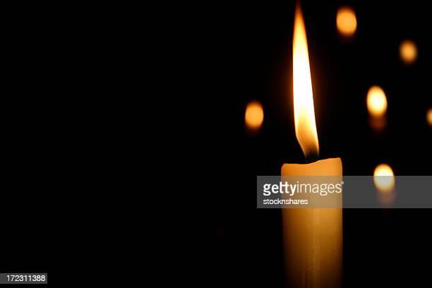 Bougies sur un bûcher de nuit