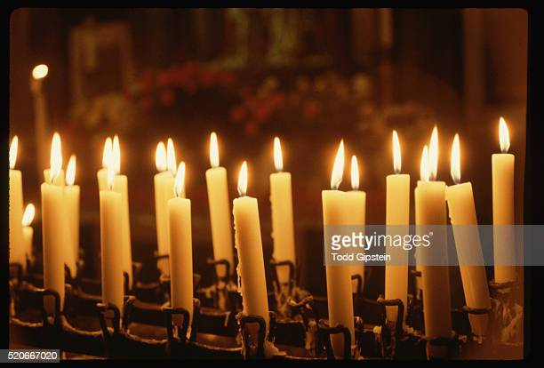 candles burning in cologne cathedral - gipstein stock pictures, royalty-free photos & images