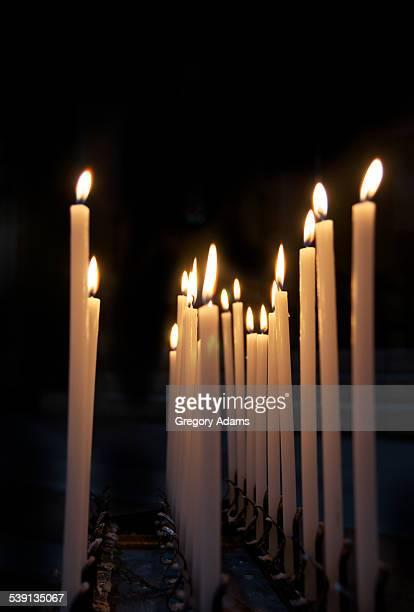 candles burning in the darkness - cero foto e immagini stock