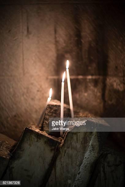 candles burning inside church of holy sepulcher, jerusalem, israel - jake warga stock pictures, royalty-free photos & images