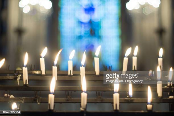 candles for prayers - kirche stock-fotos und bilder