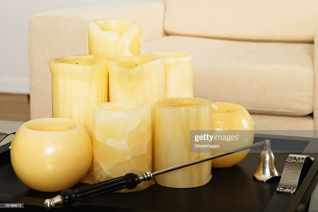 Candles in a tray on a coffee table : Foto de stock
