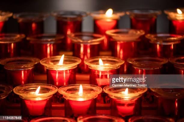 candles in church. - カトリック ストックフォトと画像