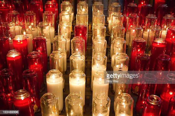 candles in church - cero foto e immagini stock