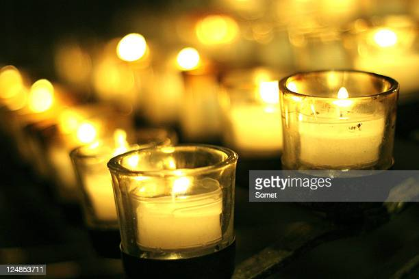 candles light in cathedral - cero foto e immagini stock