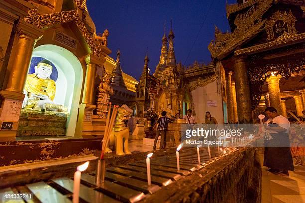 candles lit up around shwedagon pagoda - merten snijders stock-fotos und bilder