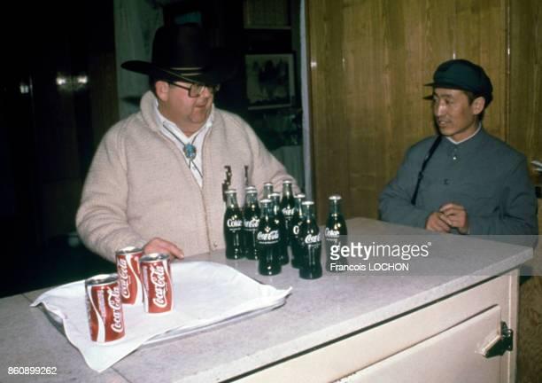 Canettes et bouteilles de CocaCola en mars 1979 à Pékin Chine
