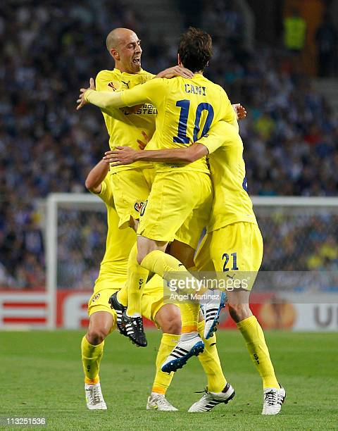 Cani of Villarreal celebrates with team mates Borja Valero and Giuseppe Rossi after scoring his side opening goal during the UEFA Europa League semi...