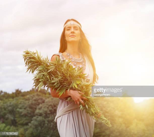 大麻の植物の束を保持大麻の女神 - 繊維 大麻 ストックフォトと画像