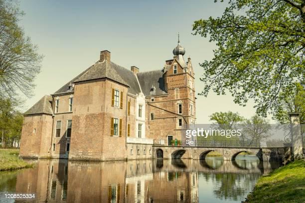 """kasteel cannenburg, kasteel de cannenburgh, tijdens een mooie lentedag in vaassen, gelderland, nederland - """"sjoerd van der wal"""" or """"sjo"""" stockfoto's en -beelden"""