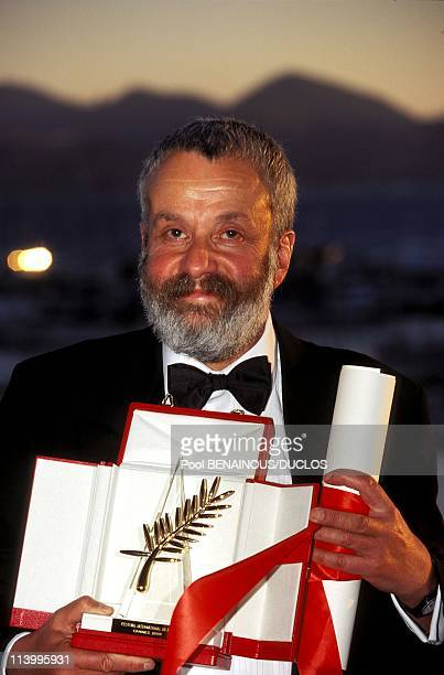 Cannes 96 Photo call of the winners In Cannes France On May 20 1996Mike Leigh Director of 'Secrets Lies' Golden Palm