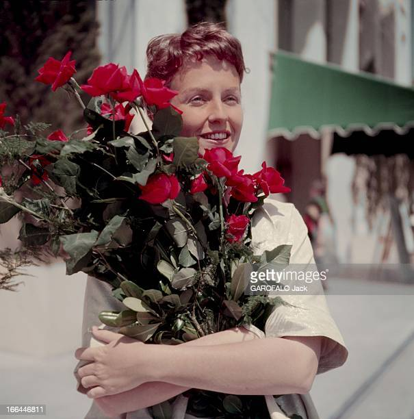 Betsy Blair Betsy BLAIR souriante une brassée de roses entre les bras