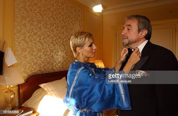 Cannes Film Festival 2003 Melita TOSCAN DU PLANTIER de profil ajustant le noeud papillon de Ruggero RAIMONDI dans une chambre d'hôtel avant d'aller à...