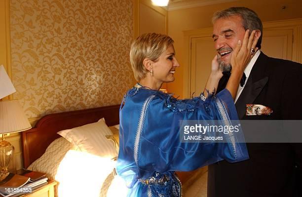 Cannes Film Festival 2003 Melita TOSCAN DU PLANTIER de profil les deux mains posées sur le visage de Ruggero RAIMONDI dans une chambre d'hôtel avant...