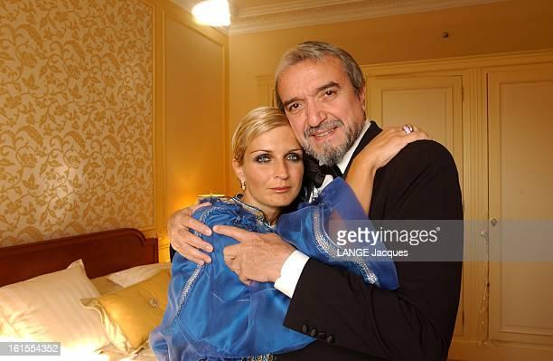 Cannes Film Festival 2003 Melita TOSCAN DU PLANTIER posant avec Ruggero RAIMONDI dans les bras l'un de l'autre dans une chambre d'hôtel avant d'aller...