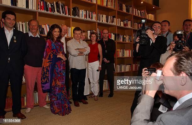 The Jury JeanJacques AILLAGON photographiant le jury du Festival de Cannes 2003 avec un appareil jetable devant d'autres photographes Gilles JACOB...