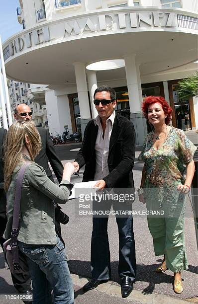 Cannes Film Festival Celebrities signing autographs in front of the Martinez hotel in Cannes France on May 22 2006Danny Brillant