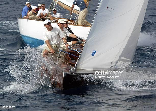 Des equipiers manoeuvrent leurs voiliers lors du depart d'une manche des 27emes regates royales de Cannes qui rassemblent du 23 septembre au 02...