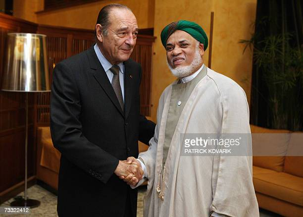 French President Jacques Chirac shakes hands with Comores counterpat Ahmed Abdallah Mohamed Sambi before a diner 14 February 2007 in Cannes southern...