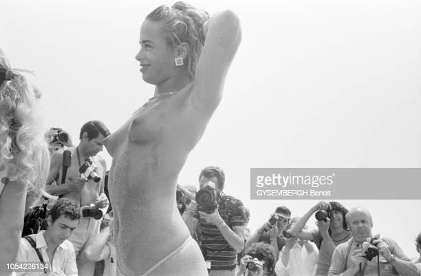Cannes France mai 1982 La 35ème édition du Festival de Cannes s'est déroulée du 14 au 26 mai 1982 Une starlette souriante et de profil posant seins...