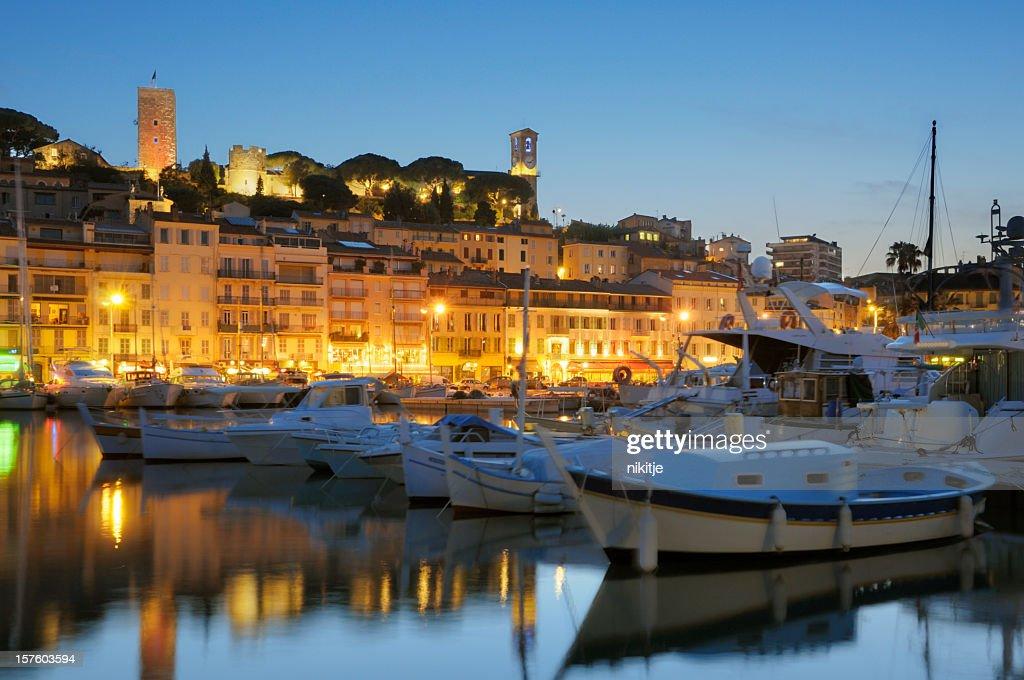 Cannes en la noche, vista desde el puerto : Foto de stock