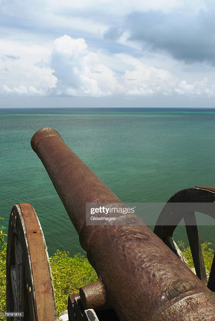 Cannon at the seaside, Morgan Fort, Providencia y Santa Catalina, San Andres y Providencia Department, Colombia : Foto de stock