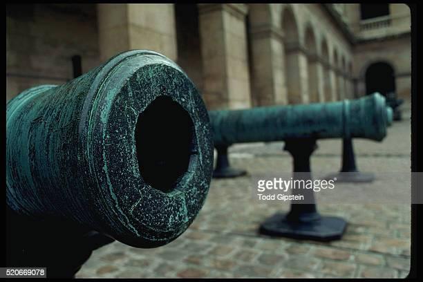 cannons at les invalides - カルチェデザンヴァリッド ストックフォトと画像