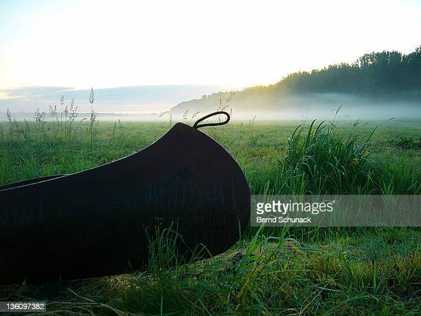 canoe on grass of german river tollense - bernd schunack foto e immagini stock
