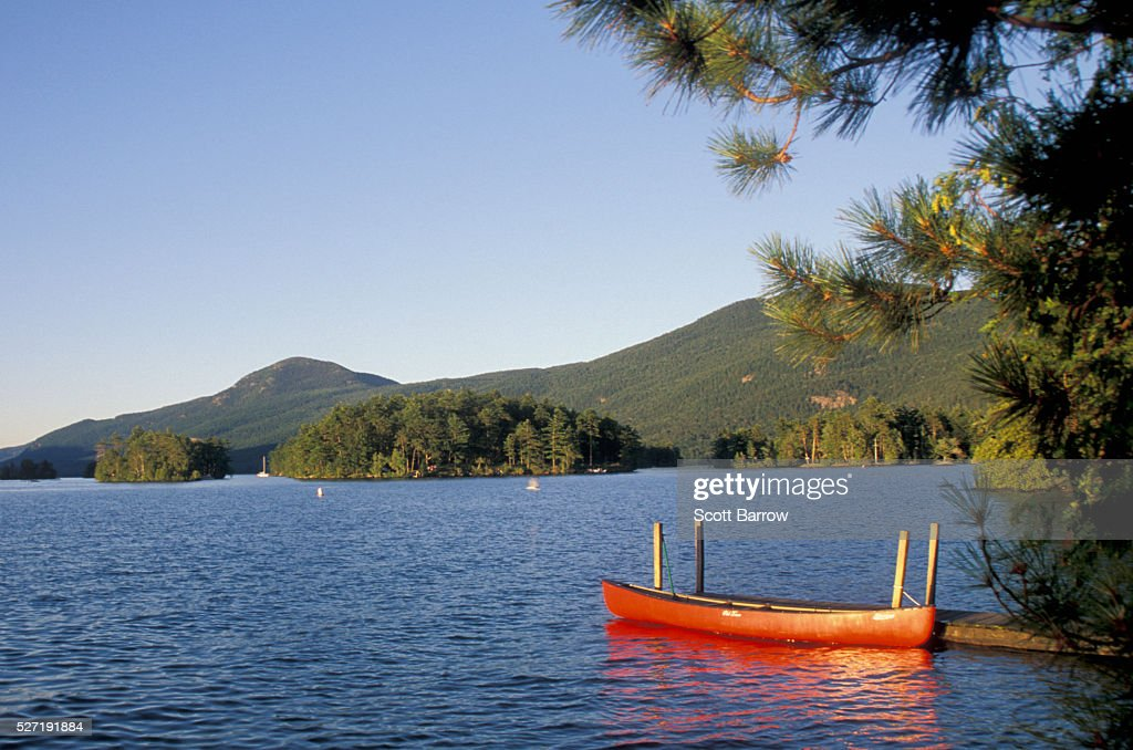 Canoe tied up at a pier on a lake : Stock-Foto