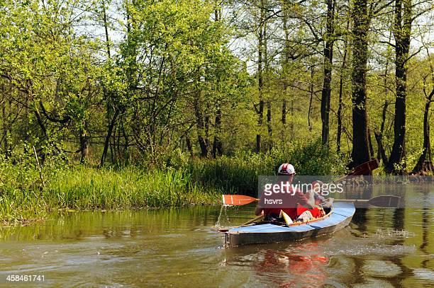 canoa com turista família no canal em spreewald (alemanha - spreewald imagens e fotografias de stock