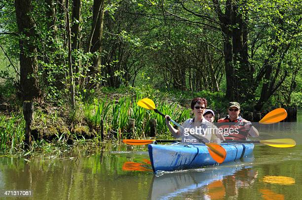 Kanu mit Touristen Familie am Kanal in Spreewald (Deutschland