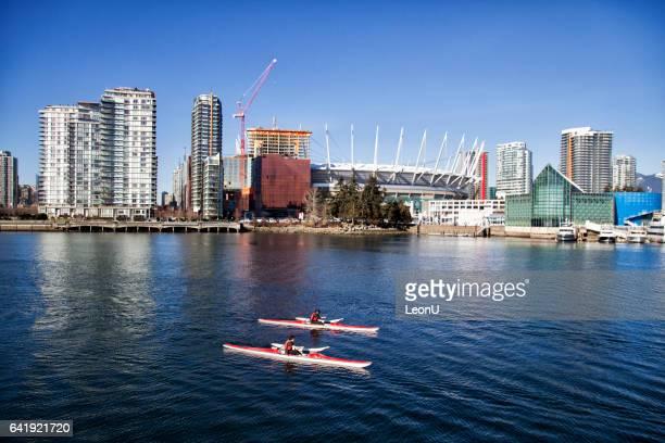 Canoë-kayak à False Creek en hiver, Vancouver, Canada