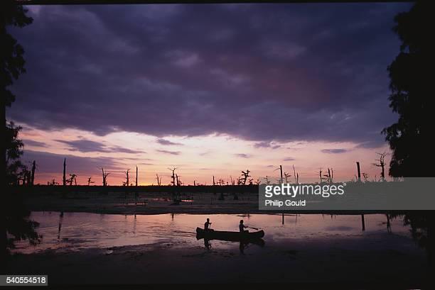 canoeing in spanish lake basin - baton rouge foto e immagini stock