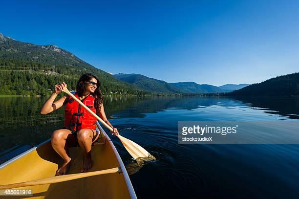 Piragüismo en un lago de montaña prisitine