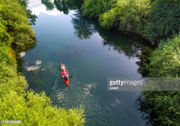 canot sur la rivière - slovénie photos et images de collection