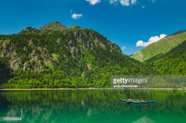 canoes anchored in lac de bious-artigues, pyrenees-atlantique, france - ピレネーアトランティーク ストックフォトと画像
