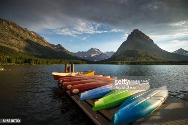 Canots à plusieurs Swiftcurrent Lac Glacier Parc National des glaciers