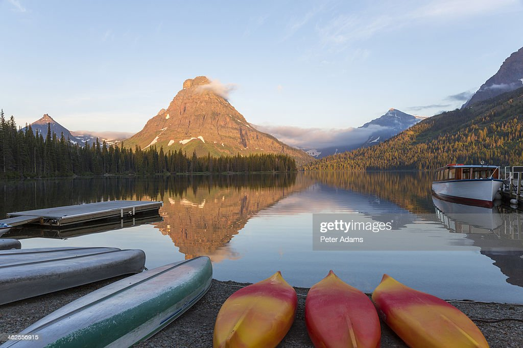 Canoes at Two Medicine Lake : Foto de stock