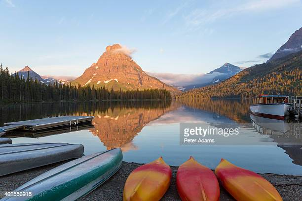 canoes at two medicine lake - lago two medicine montana - fotografias e filmes do acervo