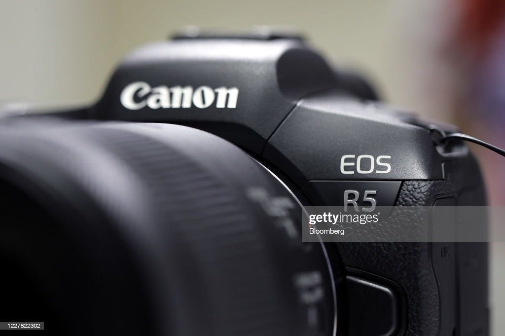 Canon Inc. Showroom As The Company Reports Half-Year Group Earnings Results : ニュース写真