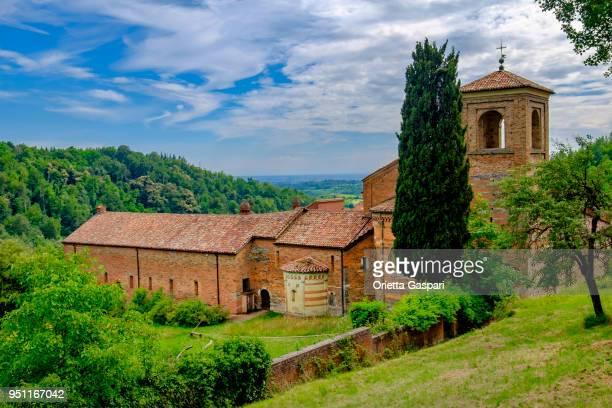 canonica di santa maria di vezzolano, una chiesa in stile gotico-romanico situata in piemonte. - abbazia foto e immagini stock