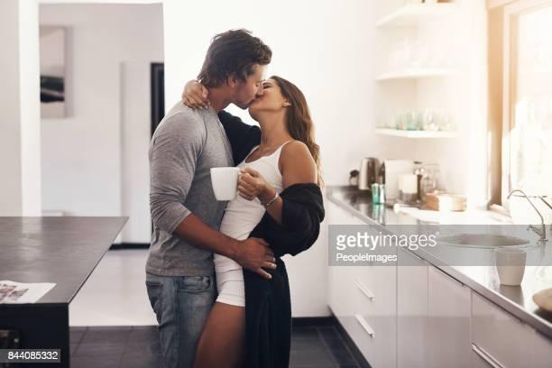 i can't start the day without your kisses - casal apaixonado erotico imagens e fotografias de stock