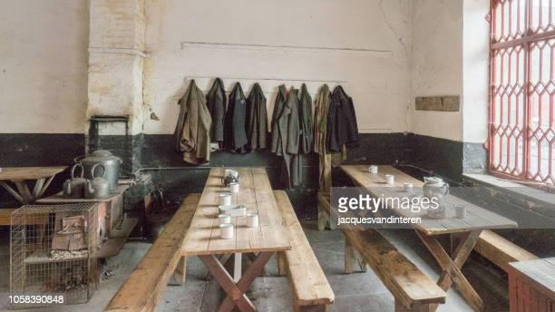 cantine dans un atelier abandonné pour la production d'ardoises - pays de galles photos et images de collection