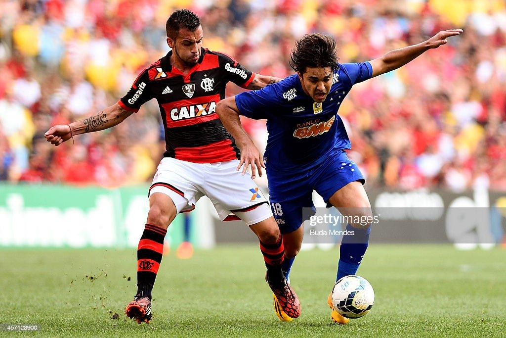 Canteros (L) of Flamengo battles for the ball with Marcelo Moreno of Cruzeiro during a match between Flamengo and Cruzeiro as part of Brasileirao Series A 2014 at Maracana Stadium on October 12, 2014 in Rio de Janeiro, Brazil.