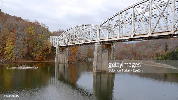 cantilever bridge over river - solomon turkel stock pictures, royalty-free photos & images