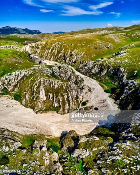 canyon in campo imperatore, gran sasso national park, abruzzo, italy - campo imperatore foto e immagini stock